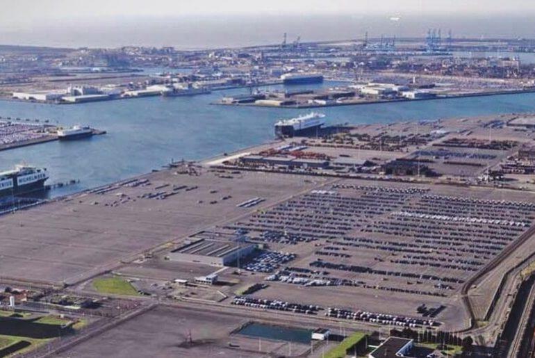 Zeebrugge carcenter, a zona industrial automóvel na área portuária.