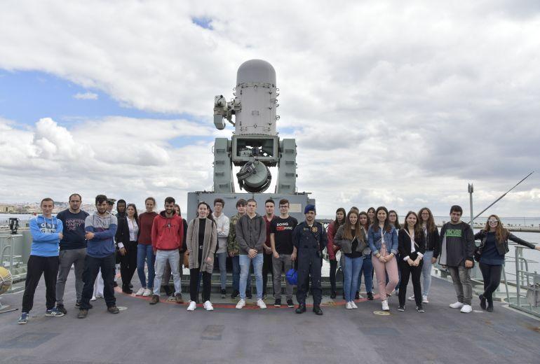 Jovens em Dia de Defesa Nacional, junto à peça de artilharia PHALANX, duma fragata classe VASCO DA GAMA (foto Marinha Portuguesa)