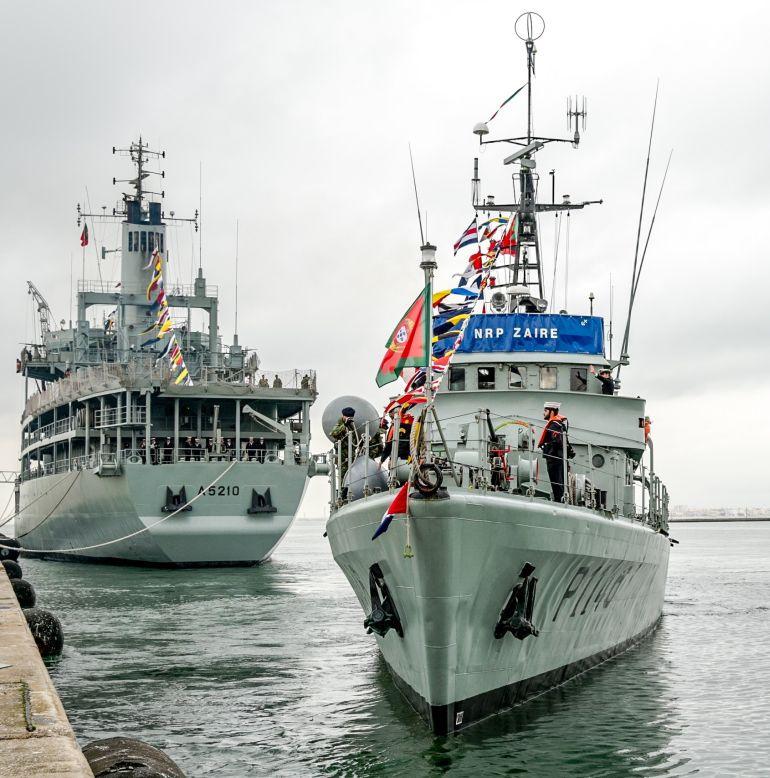 O NRP BÉRRIO e o NRP ZAIRE, largando para a missão no Golfo da Guiná, no dia 3 de janeiro de 2018. (foto Marinha Portuguesa)