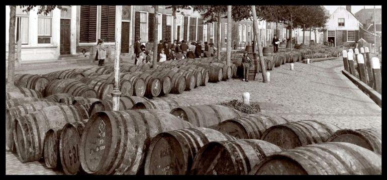 Centenas de pipas de vinho do porto alinhadas no cais do porto de Goedereede (imagem Arie de Lange)