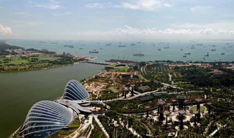 O impressionante número de navios fundeado na baía de Singapura