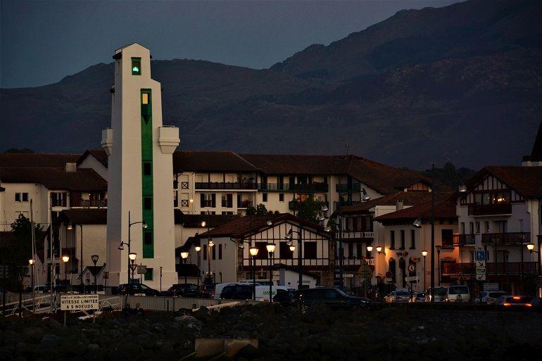 O farol de Cibourne à noite mostra a sua luz verde (foto de Miguel Machado)