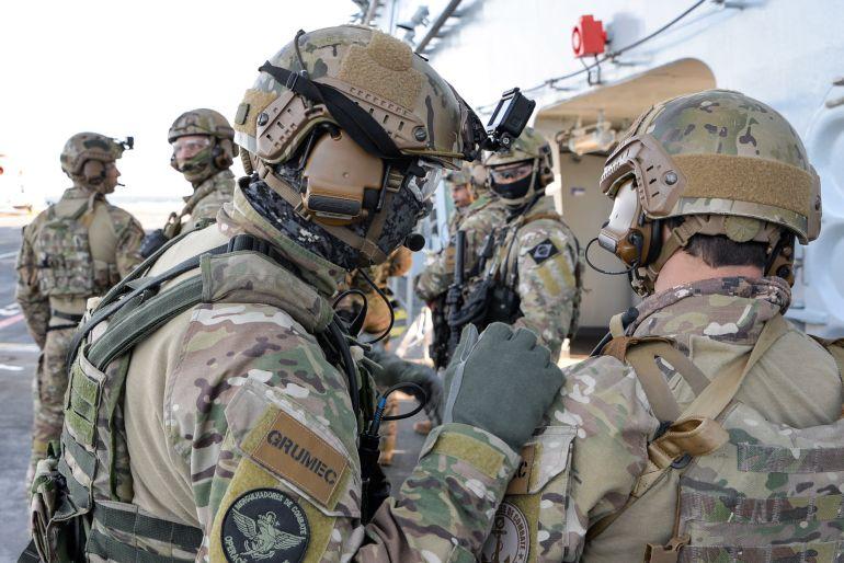Operacionais do GRUMEC - Grupamento de Mergulhadores de Combate - as forças especiais da Marinha do Brasil, equivalente aos DAE da Marinha Portuguesa, no convoo do PHM ATLÂNTICO (foto Marinha do Brasil)