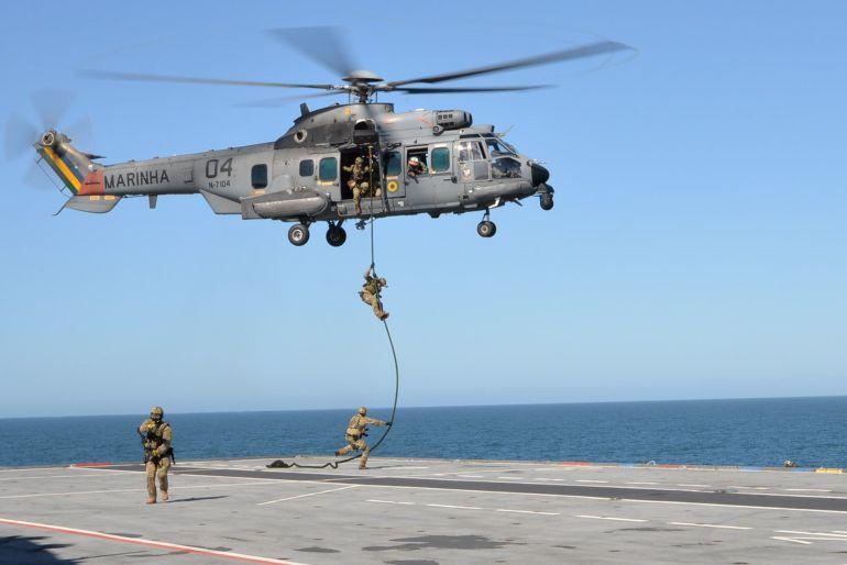 Operacionais do GRUMEC executando um exercício de inserção por fast rope, a partir dum Super Cougar do esquadrão HU-2 da Aviação Naval (foto Marinha do Brasil)
