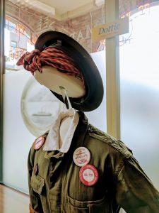 """O uniforme de """"Dottie"""", simboliza as mulheres que colaboraram na homefront (foto MMBC)"""