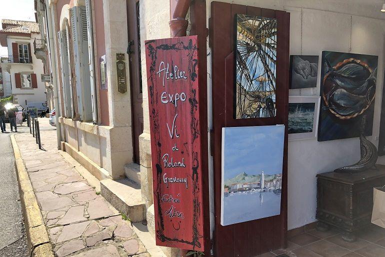 Uma das várias galerias de arte com obras retratando os faróis de Saint-Jean-de-Luz (foto Miguel Machado)