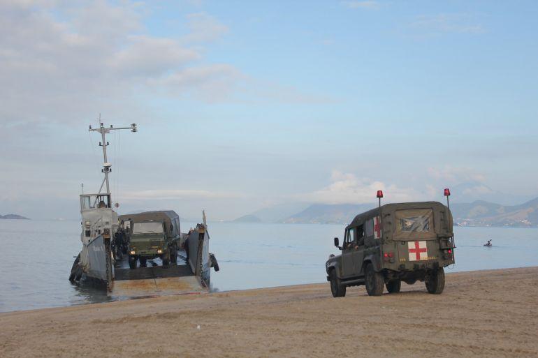 Desembarque de viaturas ligeiras do CFN (foto Marinha do Brasil)