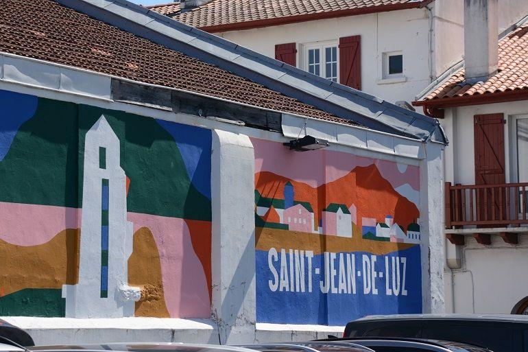 Os faróis são tema dum mural num parque de estacionamento (foto de Miguel Machado)