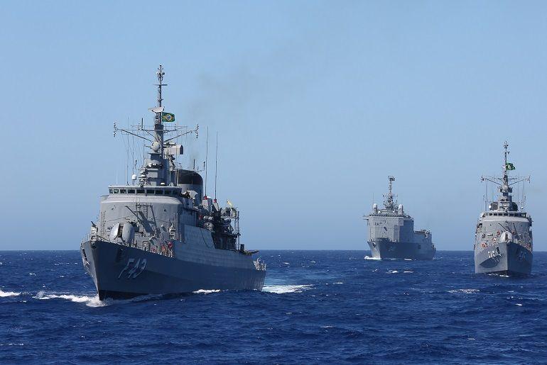 As fragatas LIBERAL (F-43) e UNIÃO (F-45) escoltando o NDM BAÍA. O PHM ATLÂNTICO tem um custo de operação aproximado ao de uma fragata (foto Marinha do Brasil)