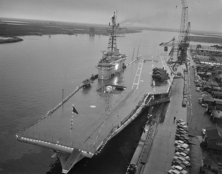 O NAe MINAS GERAIS, atracado no cais do estaleiro Verolme Dok, hoje Damen Verolme Rotterdam, na Holanda, no dia 4 de dezembro de 1960, em vésperas da sua incorporação na Marinha Brasileira (foto Herbert Behrens, Nationaal Archief)