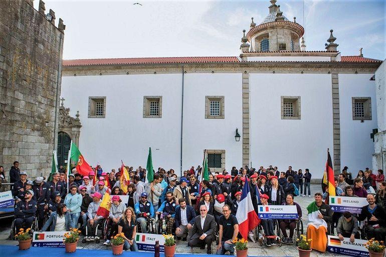 As equipas internacionais posam, na cerimónia de abertura, com o ministro da educação e o presidente da câmara de Viana, junto à Porta Mexia Galvão.