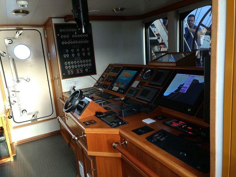 o novo SHABAB OMAN está equipado com os mais recentes equipamentos de comunicações e navegação (foto de Ismael Olea)