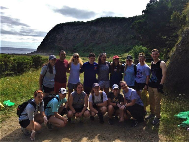 Jovens da USCG em apoio ao município da Praia da Vitória, ajudaram a limpar os resíduos plásticos deixados por anteriores visitantes.