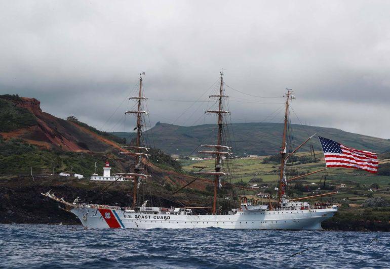 A navegar cruzando a Ponta das Contendas e o respetivo farol (foto US Navy Ruben Reed)
