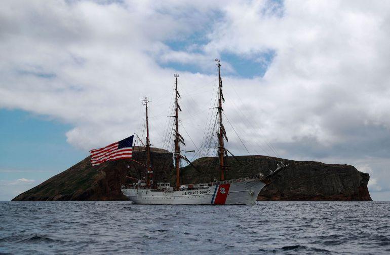 Continuando a singradura para Oeste, junto à costa Sul da Ilha Terceira, passando entre a costa da Serretinha e o ilhéu das Cabras (foto US Navy Ruben Reed)
