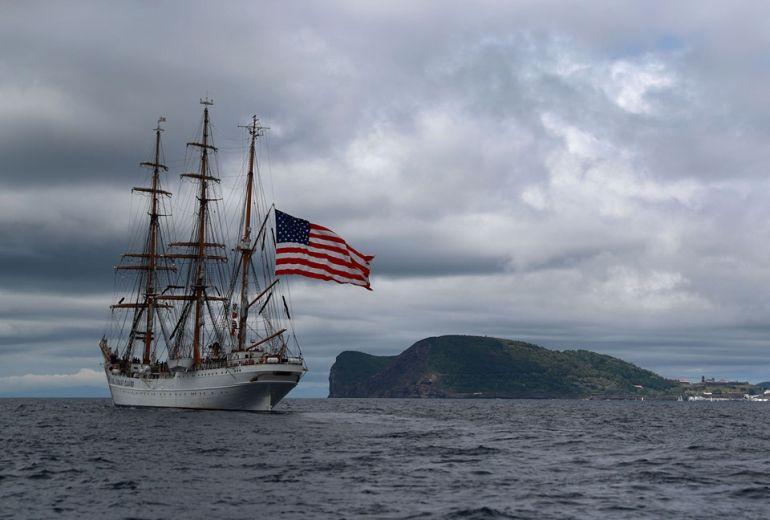Com o Monte Brasil e Angra do Heroísmo à vista pela amura de EB (foto US Navy Ruben Reed)