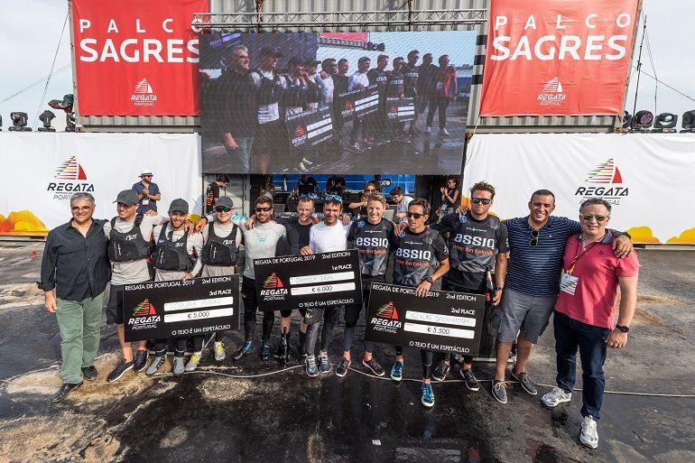 As equipas de Gelpeixe, Lusitânia e Makro, com os respetivos prémios de 3º, 1º e 2º lugar. (foto Ricardo Pinto, Regata de Portugal)