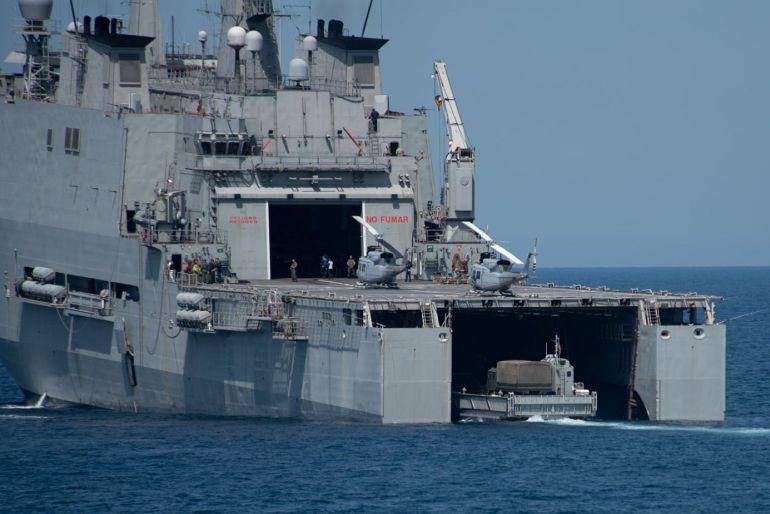Uma lancha de desembarque entra no navio-doca GALÍCIA