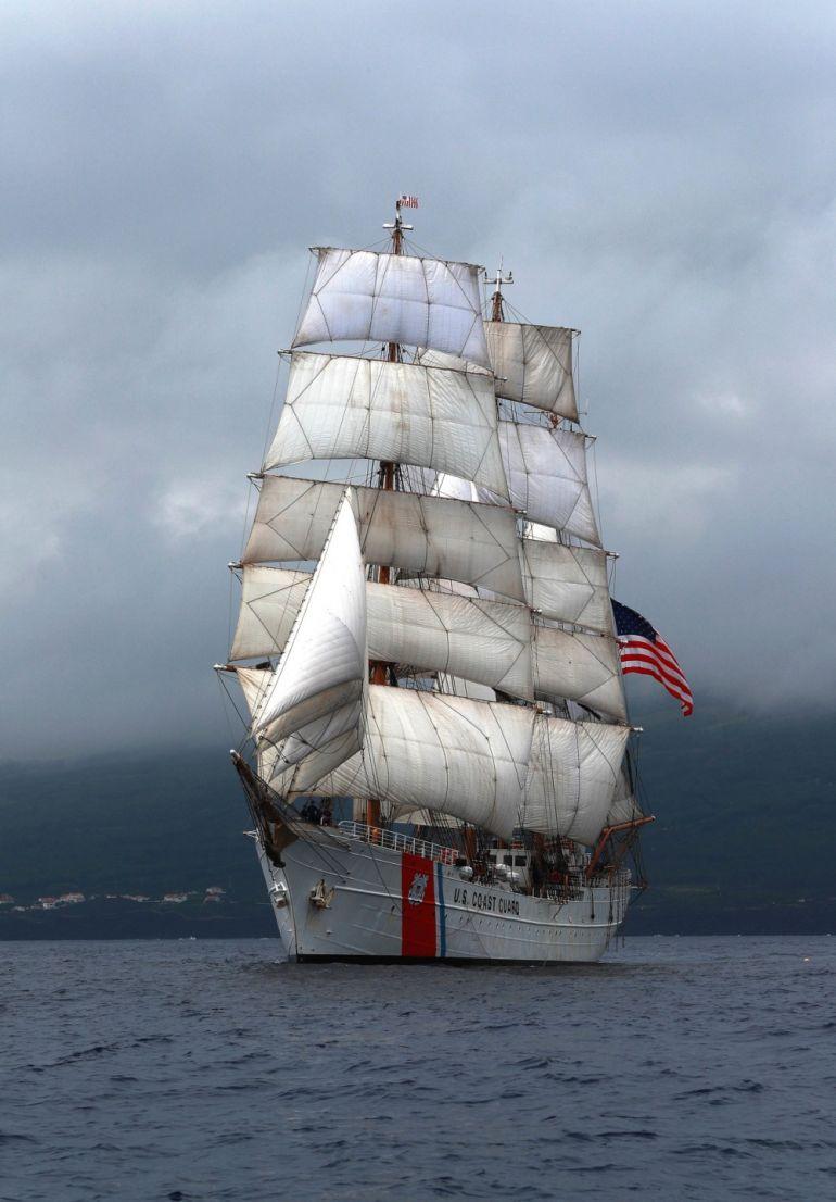 """O EAGLE a navegar por entre """"as ilhas de Bruma, onde as gaivotas vão beijar a terra"""", como na canção de Manuel Medeiros Ferreira. (foto US Navy Ruben Reed)"""