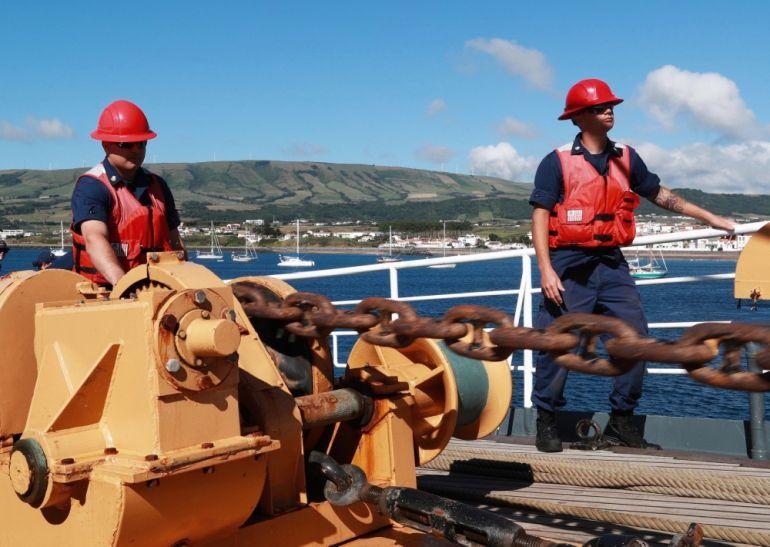 marinheiros junto ao guincho a arriar o ferro de bombordo durante a manobra de acostagem ao cais militar (foto US Navy Ruben Reed)