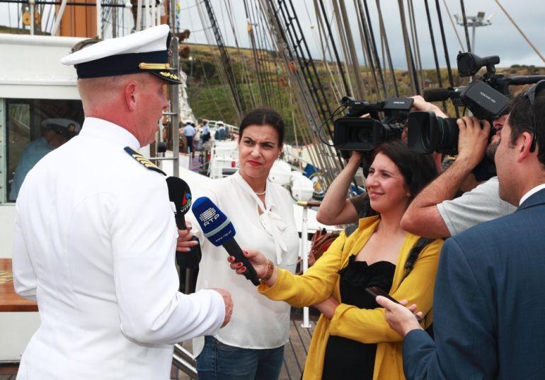 O comandante do EAGLE, Capitão-de-mar-e-guerra Matthew Meilstrup, a responder aos jornalistas durante uma visita ao navio pela imprensa. (foto US Navy Ruben Reed)