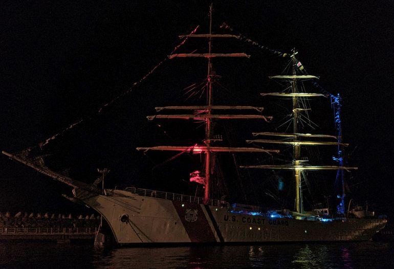 À noite acendeu a iluminação de gala, muito bonita, nas cores da bandeira dos EUA, vermelha, branca e azul. (foto Isidro Vieira)