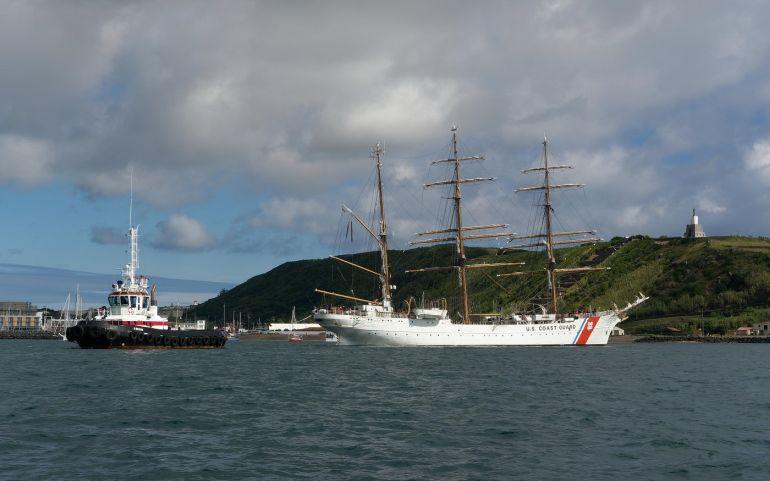 No dia 6 de julho, às 10:00 o navio largou do cais militar, auxiliado pelo rebocador O BRAVO, da Portos dos Açores. (foto Isidro Vieira)