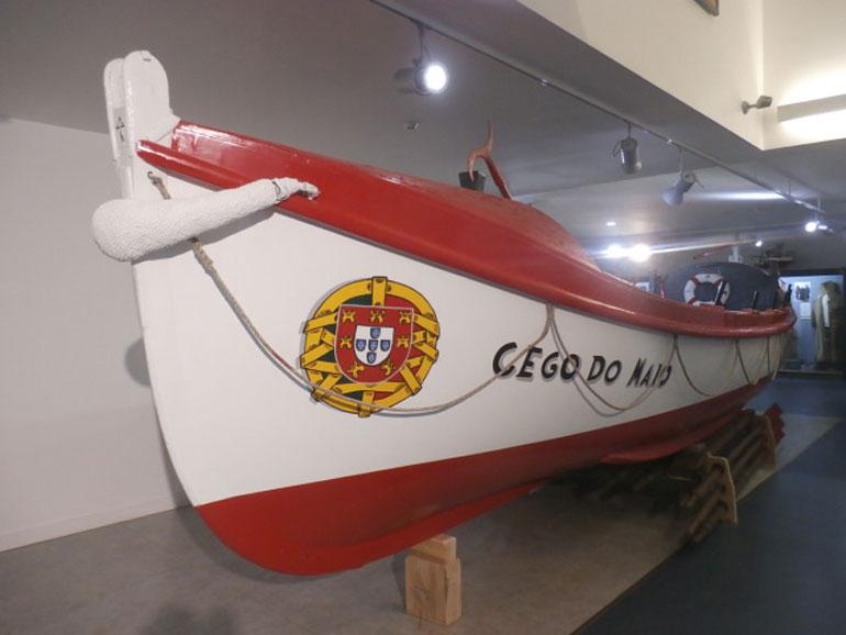 A embarcação salva-vidas com o nome do arrais, reparado e exposto no Museu Municipal, trabalho relacionado com as comemorações do Dia Nacional do Pescador.