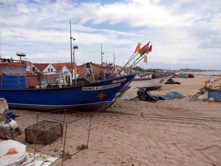 Barcos de pesca varados na areia da praia de Angeiras (foto do autor)