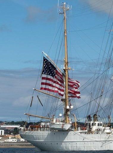 …às 1030 o navio içou a bandeira de grandes dimensões saudando os Açores (foto Isidro Vieira)