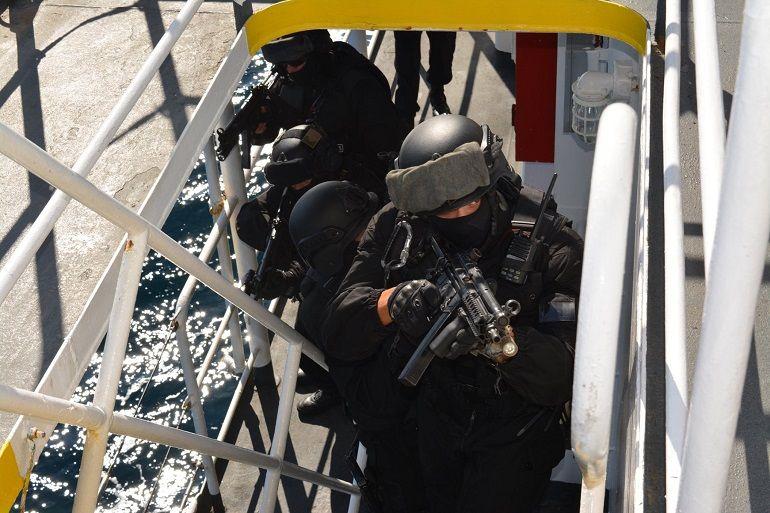 "Fuzileiros progredindo a bordo dum navio ""suspeito"" (foto MP)"