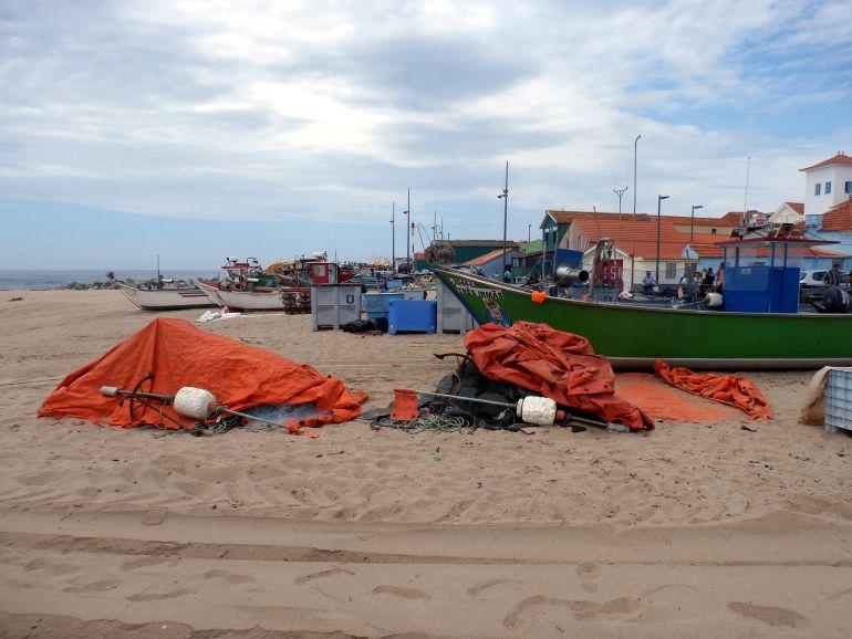 Barcos e aparelhos de pesca varados na areia da praia de Angeiras (foto do autor)