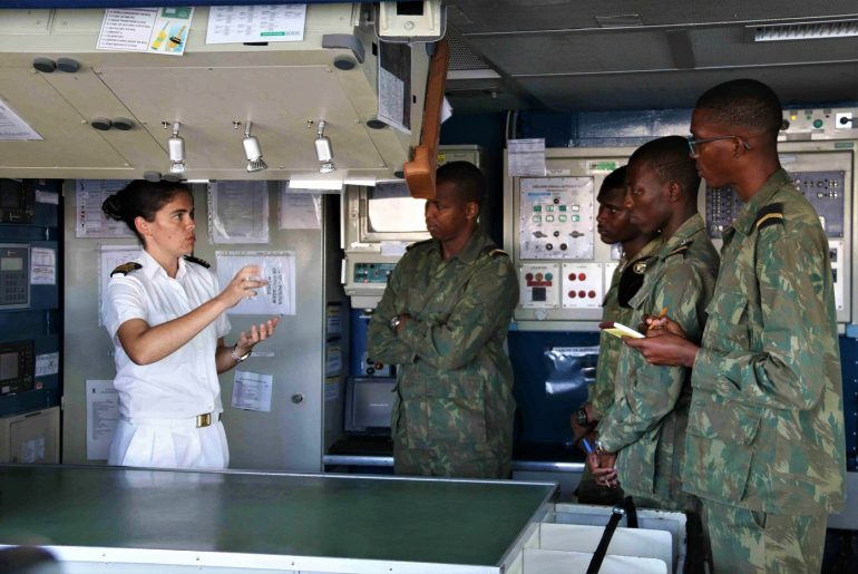 Imagem 4 – During last February a visit of missile frigate NRP ÁLVARES CABRAL to Praia, Cape Verde, a Portuguese Navy officer exchanged information of navigation safety procedures with Cape Verdean Maritime Police Officers. (photo EMGFA)