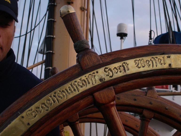 Numa das rodas do leme, o EAGLE ainda exibe a inscrição original SegelSchulschiff Horst Wessel (foto by Ryan Beck)