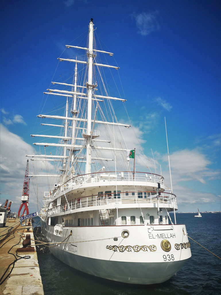 Navio em preparativos para largar do Cais da Rocha em Lisboa. (foto do autor)