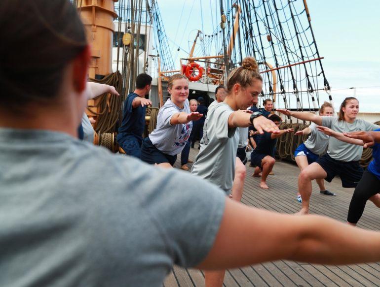 O poço do mastro Grande, a maior área livre no exterior do navio, é aproveitado para muitas atividades dos cadetes, neste caso uma aula de Yoga durante a travessia do Atlântico, entre a Holanda e os Açores (foto US Navy Ruben Reed)