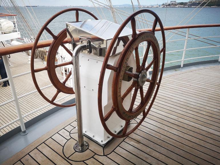 Roda do leme de emergência, localizada no exterior ante a vante da ponte. No interior desta encontra os comandos do leme principal constituído por um joystick. (foto do autor)
