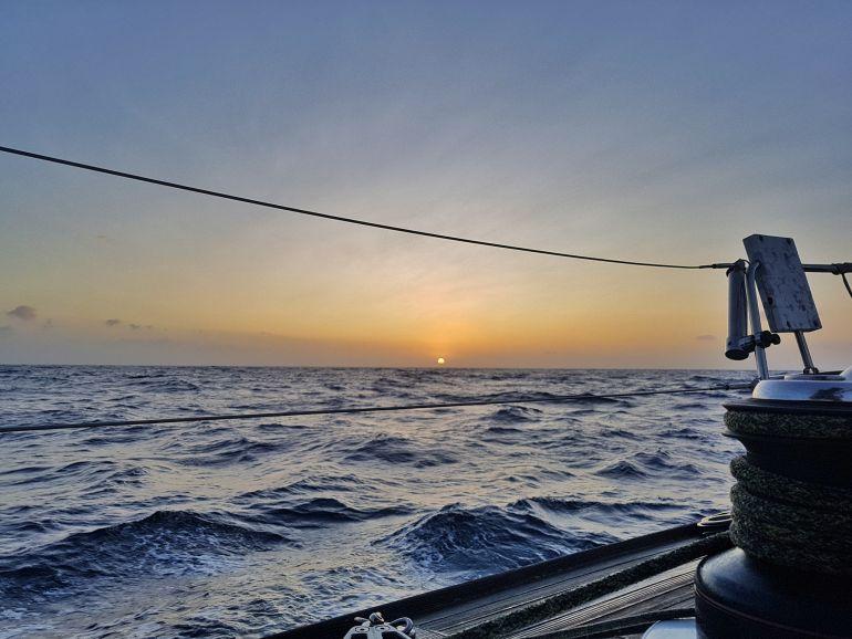 Nascer do sol à chegada à Terceira (foto da autora)