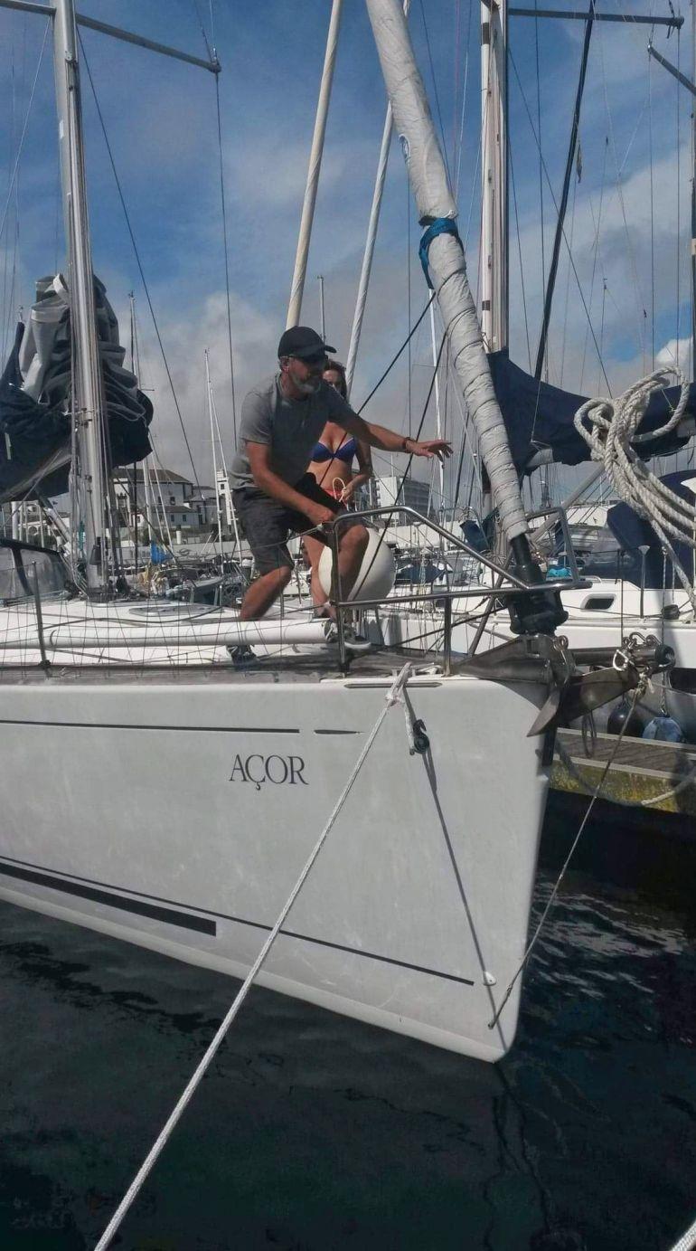 António a preparar para soltar os cabos de amarração (foto da autora)