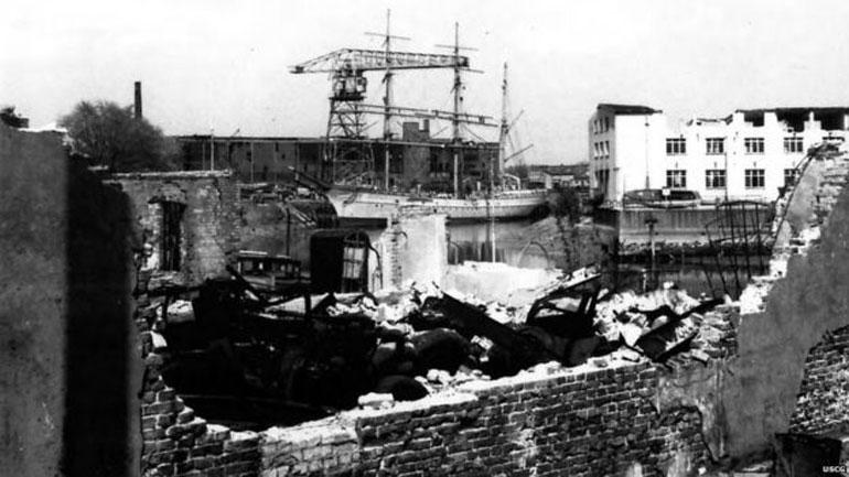 No final da Segunda Guerra, o HORST WESSEL (atual EAGLE) atracado no destruído porto de Bremerhaven (foto USCG)