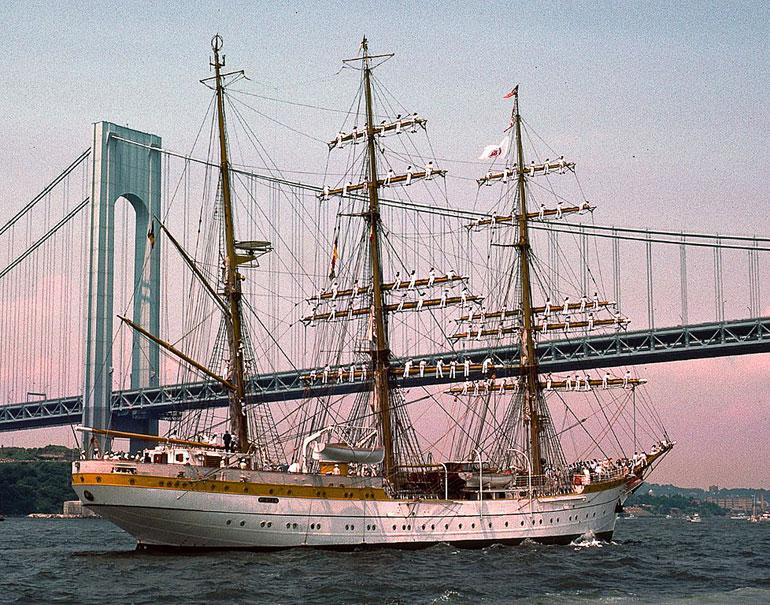 O MIRCEA passando a ponte Verrazzano-Narrows, no porto de Nova Iorque, durante a Op. Sail'76 (foto Mark RochKind, Creative Commons)