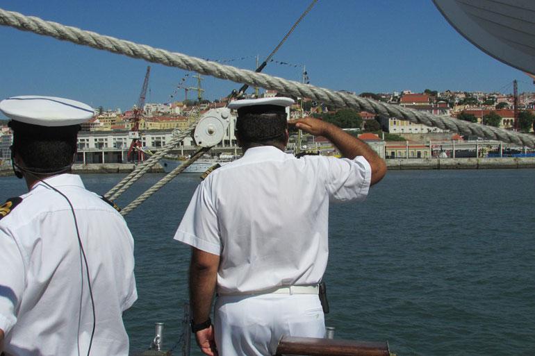 A bordo do NRP SAGRES saindo o porto de Lisboa, em agosto de 2017, o comandante Maurício Camilo cumpre o cerimonial marítimo ao passar frente ao NS MIRCEA que se encontrava atracado no cais da Rocha (foto do autor).