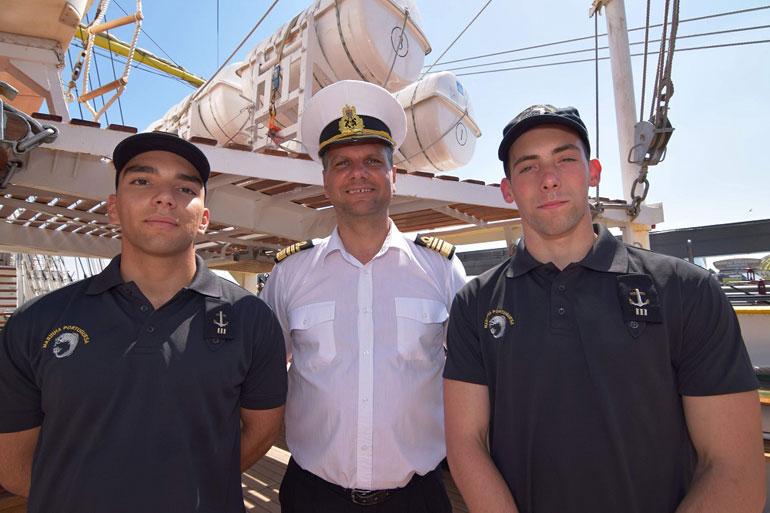 O comandante Mircea Tarhoaca com dois dos cadetes portugueses embarcados no navio romeno (foto gentilmente cedida pelo NS MIRCEA).