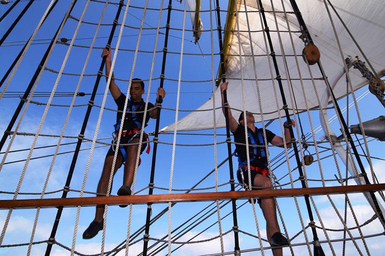 Cadetes portugueses embarcados no NS MIRCEA subindo pela enxárcia do mastro grande (foto gentilmente cedida pelo NS MIRCEA).