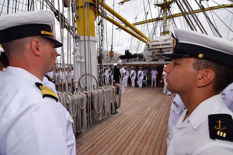O cadete Caldeira Chaves durante a formatura no poço do navio (foto gentilmente cedida pelo NS MIRCEA).