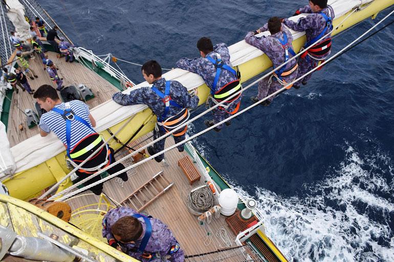 Navio em faina geral de mastros (foto gentilmente cedida pelo NS MIRCEA).