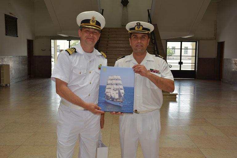 Troca de lembranças entre o NS MIRCEA e a Escola Naval (foto gentilmente cedida pela Escola Naval).