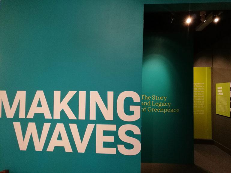 Entrada para a exposição MAKING WAVES