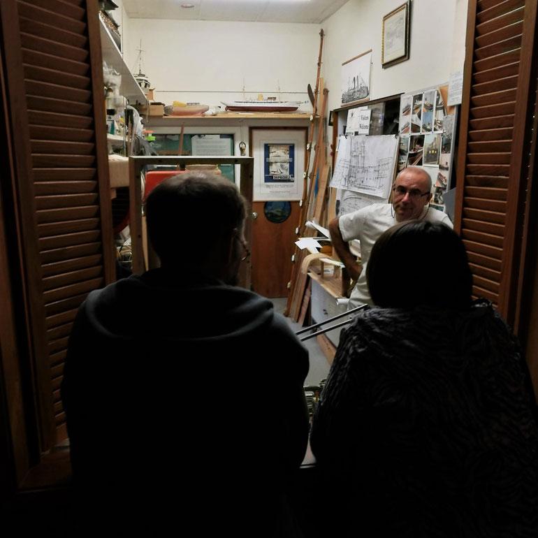 No interior do museu, uma pequena janela abre-nos a vista para o interior duma oficina de modelos.