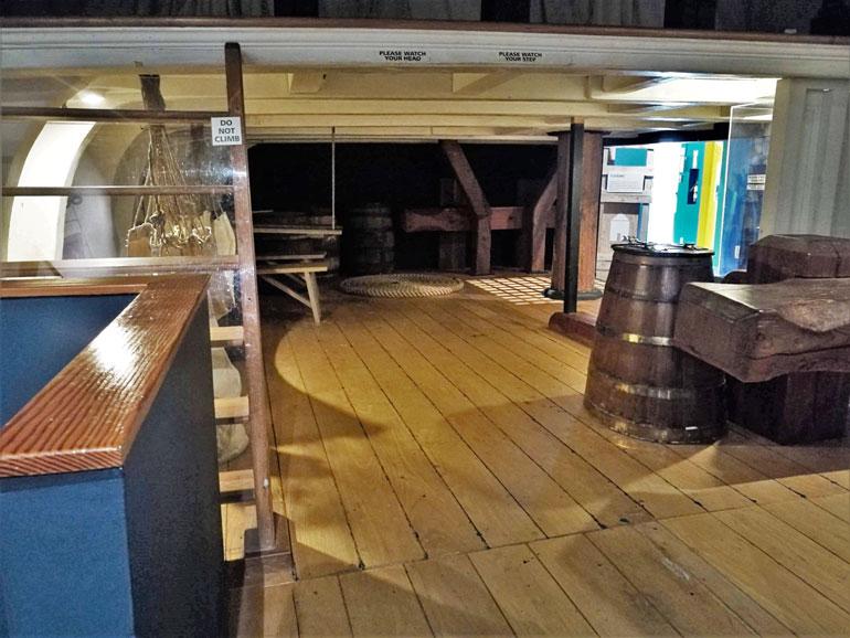 Uma réplica do castelo de proa do HMS DISCOVERY ajuda os mais pequenos a sentir o ambiente dum navio do século XVIII.